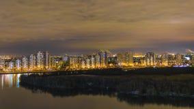 Notte Mosca. Riflessione delle luci intense Fotografie Stock Libere da Diritti
