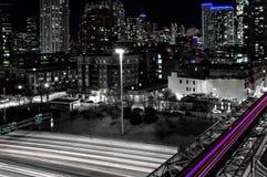 Notte nel ciclo ad ovest a 90 da uno stato all'altro Vie principali in Chicago Esposizione lunga fotografia stock libera da diritti