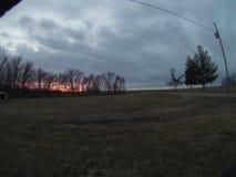 Notte nuvolosa con con un tramonto arancio immagine stock libera da diritti