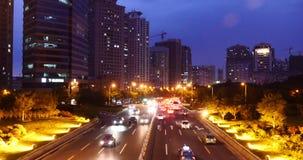 notte occupata degli ingorghi stradali della città urbana moderna 4k, strada principale al neon che street&building archivi video