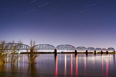 Notte/ora blu al ponte storico di Brookport - il fiume Ohio, Brookport, Illinois & Kentucky immagine stock