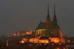 Notte Photography Chiesa di Petrov - di St Peters e di Paul nella città di Brno Vecchia architettura urbana La repubblica Ceca de Immagini Stock Libere da Diritti