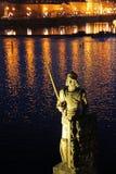 Notte Praga con una statua dal fiume Fotografie Stock