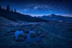 Notte profonda nella valle della montagna carpatica Immagine Stock