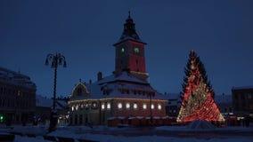 Notte sopra la città magica di Natale, la gente che si muove velocemente, apertura leggera, lasso di tempo, brasov, la Transilvan archivi video