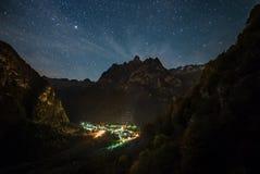 Notte sopra la valle di Masino fotografia stock