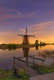 Notte sparata con i mulini a vento olandesi Immagine Stock Libera da Diritti