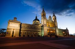 Notte sparata di Almudena Cathedral a Madrid Fotografia Stock Libera da Diritti