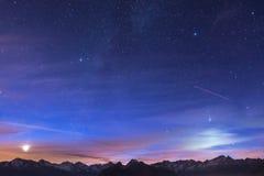 Notte sulle alpi nell'ambito del cielo stellato e della luce della luna Fotografia Stock Libera da Diritti