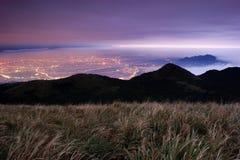 Notte in Tatun Mt con le nubi di volo Immagini Stock