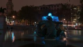 Notte Timelapse della fontana di Trafalgar Square video d archivio