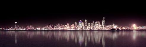 Notte viola di Seattle panoramica Fotografia Stock