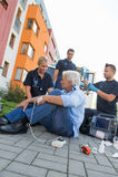 Notteam, das verletztem Patienten auf Straße hilft Lizenzfreies Stockfoto