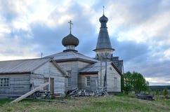 Notti bianche su Kola Peninsula Vecchia chiesa di legno nel villaggio di Varzuga Immagine Stock