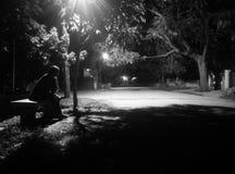 Notti serene, mono siluetta, solitudine del passaggio pedonale Fotografie Stock Libere da Diritti