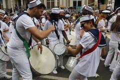 NOTTING HILL, ЛОНДОН - 27-ОЕ АВГУСТА 2018: Барабанщики в барабанчиках игры обмундирований матроса совместно в диапазоне парада на стоковые фото