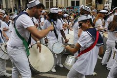 NOTTING HILL, LONDRA - 27 AGOSTO 2018: I batteristi in marinaio equipaggia insieme i tamburi del gioco nella banda di parata al c fotografie stock