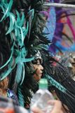 NOTTING HILL, LONDRES - 27 DE AGOSTO DE 2018: Carnaval de Notting Hill, lado-en la opinión la mujer que lleva el casco plumoso gr imagenes de archivo