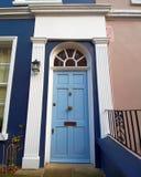 Notting Hill, Londres, entrada colorida con la puerta arqueada azul clara fotos de archivo libres de regalías
