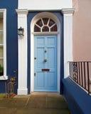 Notting Hill, Londres, entrada con la puerta arqueada azul clara imagen de archivo