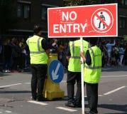 Notting- Hillkarnevals-EreignisSicherheitsbeamte Mitglieder, der Öffentlichkeit in einem Quadrat gegenüberzustellen gesehen lizenzfreies stockbild