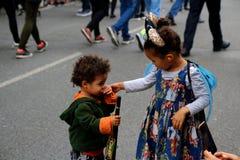 Notting- Hillkarnevals-Mutter mit Smartphone machen Foto der Tochter im Karnevalskostüm lizenzfreies stockbild