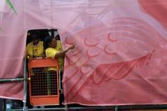 Notting- Hillkarnevals-Teilnehmer von nehmen hinter den Kulissen teil lizenzfreie stockfotos