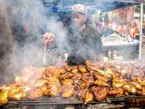 Notting wzgórza karnawał w Londyńskim mężczyzna kucharstwie checken outside Fotografia Royalty Free