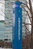 Notturmtelefon mit Gebäude auf dem Hintergrund Lizenzfreies Stockbild