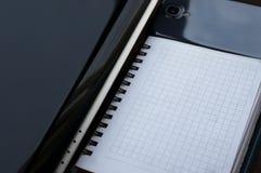 Notwendiges Geschäft schreibt das Bestehen Laptop, Schreibtischorganisator und aus Smartphone zu Stockfotos