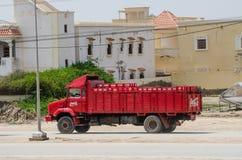 Nouakchott, Mauritania - 8 ottobre 2013: Vecchio e camion classico di Coca-Cola che guida sulla strada non asfaltata nella capita Fotografie Stock Libere da Diritti