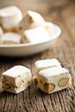 Nougat blanc avec des amandes images stock