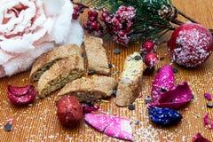 Nougat, doce espanhol tradicional para o Natal fundo escuro do nougat da amêndoa doce com as decorações da neve e do abeto Foto de Stock Royalty Free