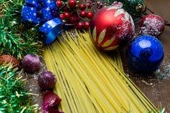 Nougat, doce espanhol tradicional para o Natal fundo escuro do nougat da amêndoa doce com as decorações da neve e do abeto Fotos de Stock