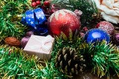 Nougat, doce espanhol tradicional para o Natal fundo escuro do nougat da amêndoa doce com as decorações da neve e do abeto Foto de Stock