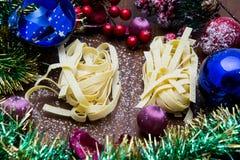 Nougat, doce espanhol tradicional para o Natal fundo escuro do nougat da amêndoa doce com as decorações da neve e do abeto Imagem de Stock
