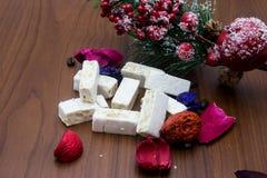 Nougat, doce espanhol tradicional para o Natal fundo escuro do nougat da amêndoa doce com as decorações da neve e do abeto Imagens de Stock Royalty Free