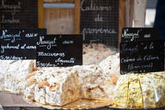 Nougat se vendant sur un marché français Images stock