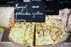 Nougat som säljer i en fransk marknad Royaltyfri Bild