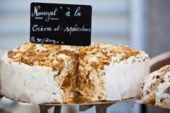 Nougat som säljer i en fransk marknad Arkivbild