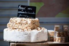 Nougat som säljer i en fransk marknad Arkivbilder