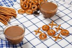 Noughts και σταυροί που χρησιμοποιούν τα μπισκότα Εκλεκτική εστίαση στοκ εικόνα