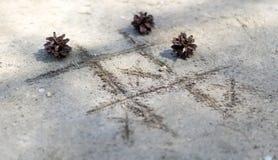 Noughts en kruisen op het zand Stock Foto's