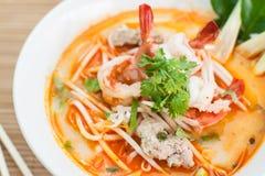 Nouille blanche avec la soupe aigre à crevette rose Image libre de droits
