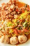 Nouille chinoise d'oeufs habillant la boule épicée de porc avec la soupe sèche à crevette image libre de droits
