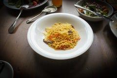 Nouille d'oeuf au plat d'émoi avec le champignon et la carotte Image stock