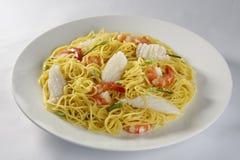 Nouille d'oeuf au plat avec la crevette et le calmar Photos libres de droits
