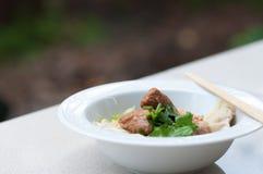 Nouille d'oeufs avec du porc et la boulette cuits délicieux Photographie stock libre de droits