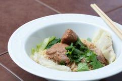 Nouille d'oeufs avec du porc et la boulette cuits délicieux Photos libres de droits