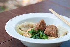 Nouille d'oeufs avec du porc et la boulette cuits délicieux Images stock